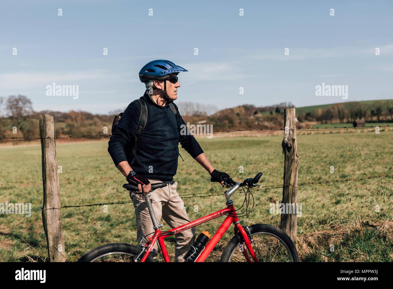 Mountainbiker avec casque de vélo Photo Stock