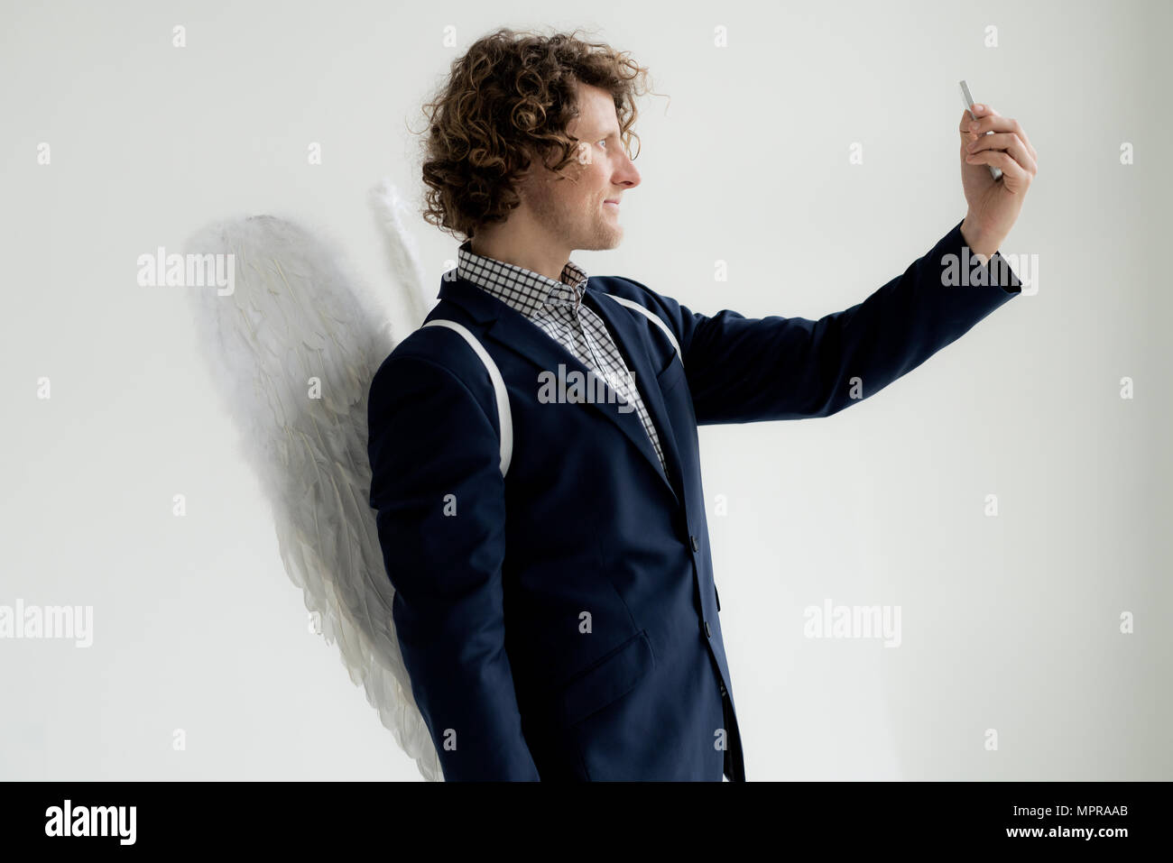 Businessman wearing Angel's Wings, en tenant un selfies Banque D'Images