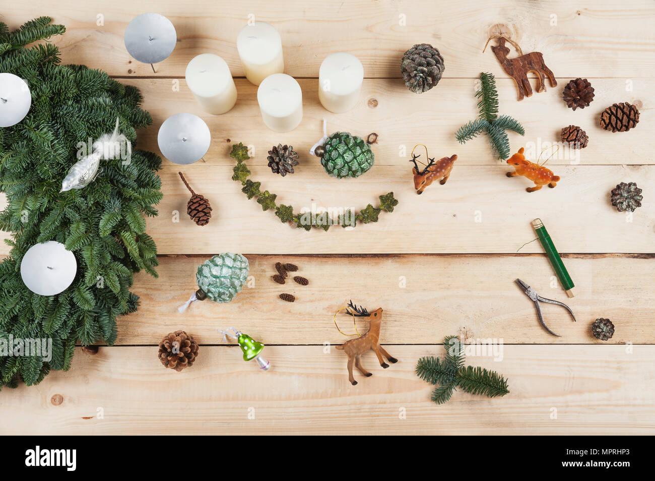 La guirlande d'articles de décoration, self-made-couronne de l'avent avec du vrai sapin vert, DIY, deer, cônes, des bougies, sur le fil, pinces Banque D'Images