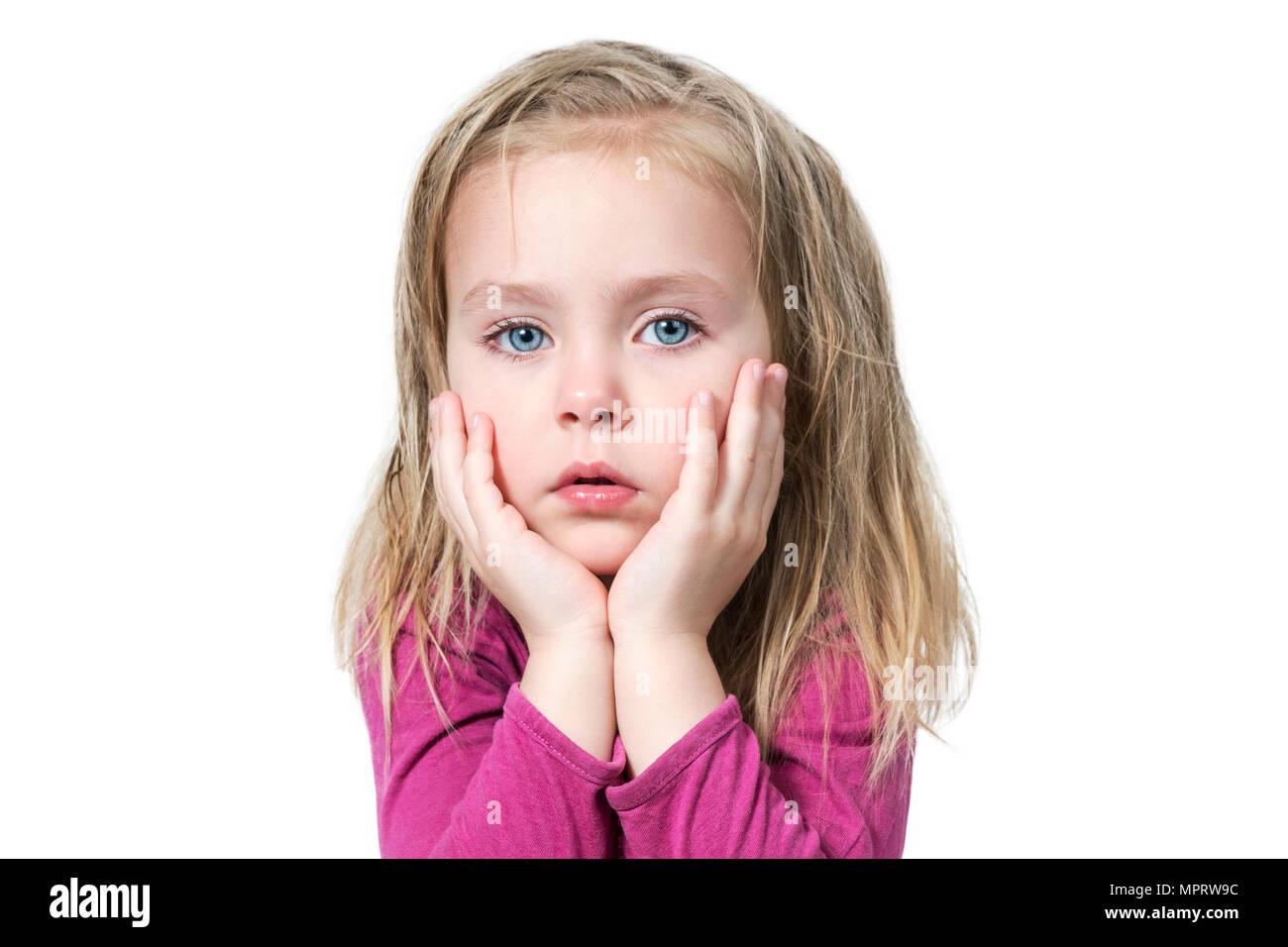 Portrait d une petite fille aux yeux bleus graves avec des cheveux  ébouriffés appuyée sur a0a693e20da