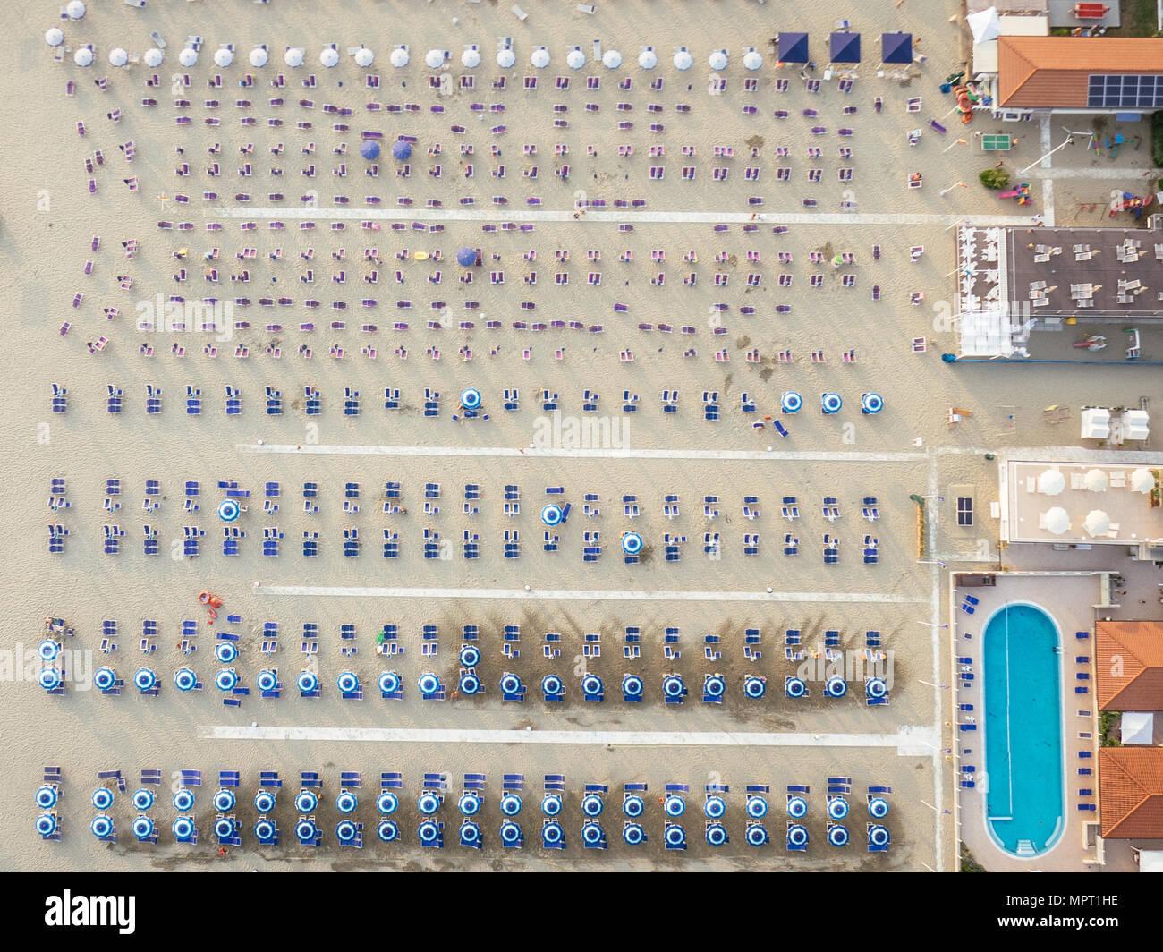 Vue aérienne de la plage de Viareggio est le avec parasols et sièges, coloré avec des couleurs pour marquer une division entre le propriétaire de la plage Banque D'Images