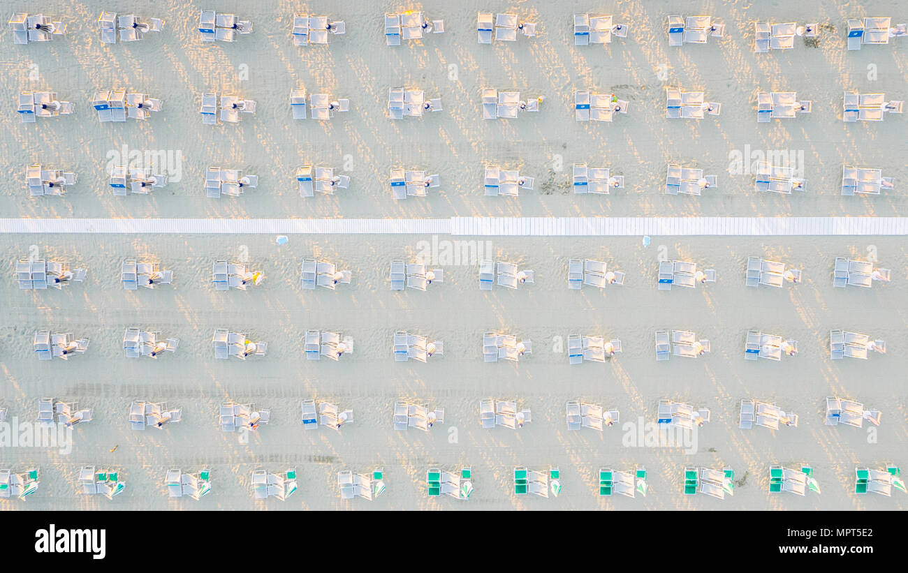 Dans la rangée de siège et un parasol sur une plage en Italie Banque D'Images