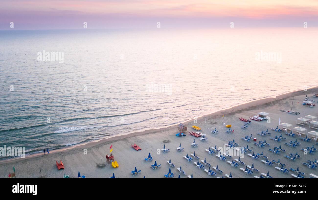 Vue aérienne prise du petit avion de la mer Tirrenean au coucher du soleil Banque D'Images
