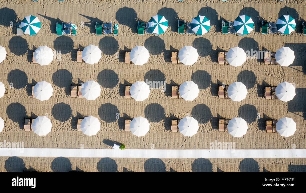 Vue à vol d'oiseau de parapluie de couleur dans une plage en Italie, Toscane, Viareggio Banque D'Images