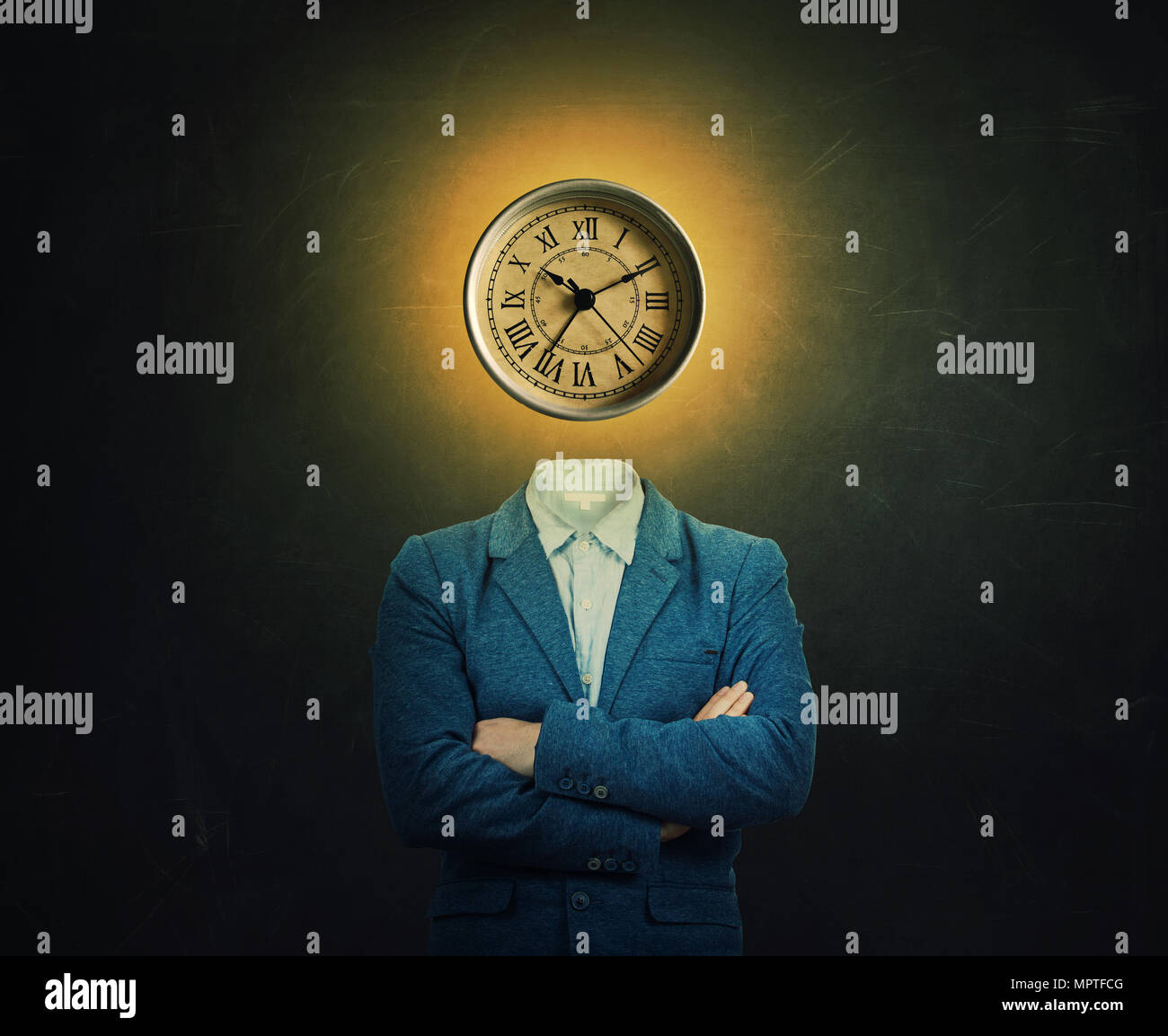 Image surréaliste d'un professeur sérieux et mains croisées avec une horloge à la place de sa tête sur l'arrière-plan du tableau. Le concept du temps dans les Photo Stock