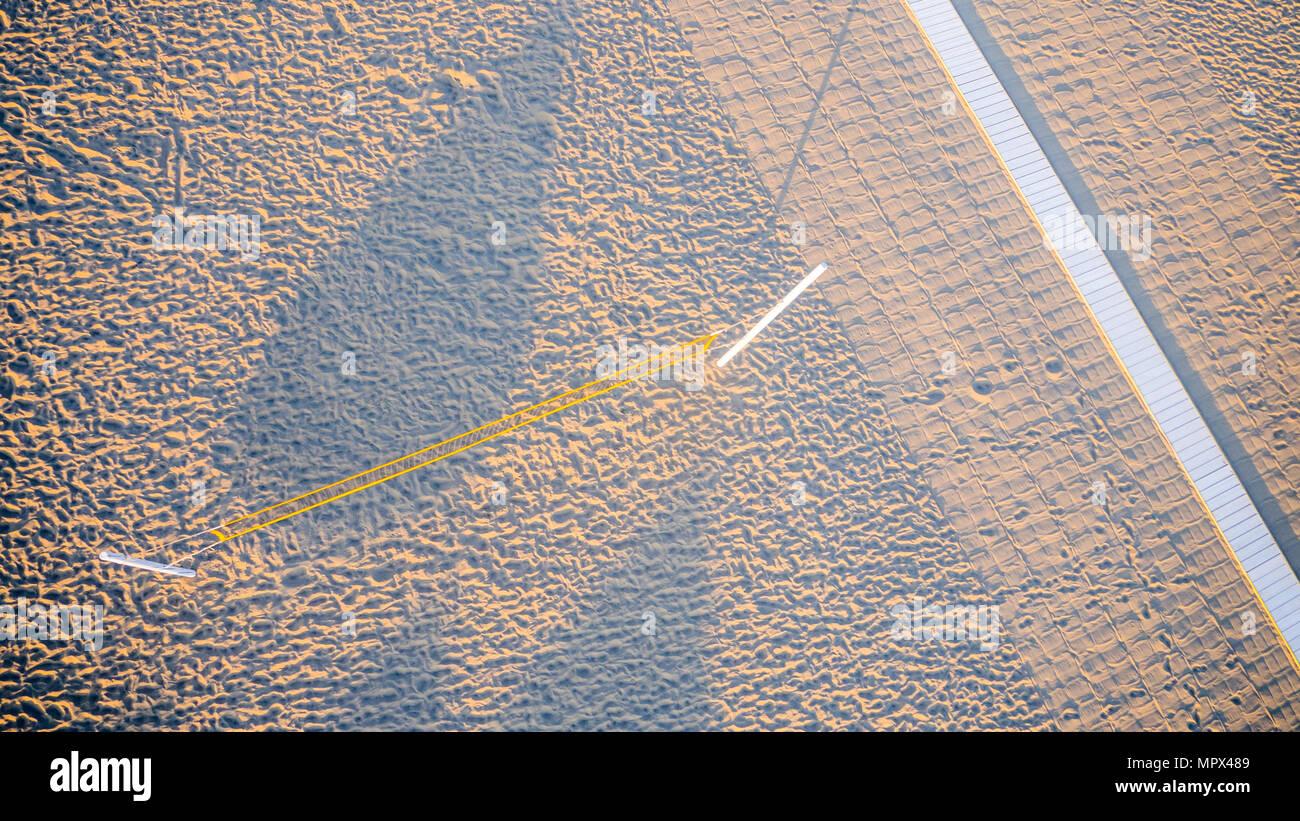 Bird's Eye View of net du volley-ball de couleur porte dans une plage photographié de l'air Banque D'Images