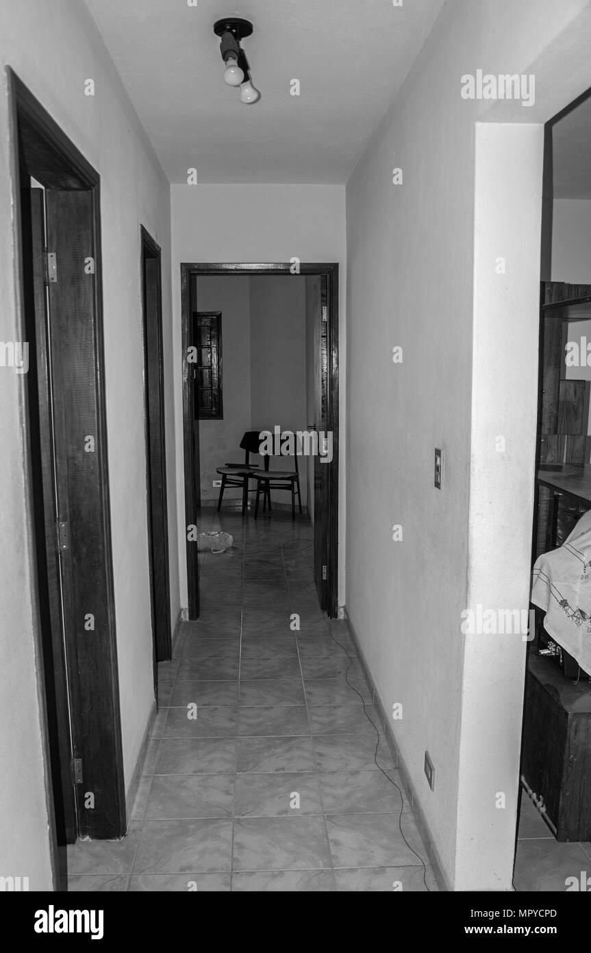 Entrée Noir Et Blanc couloir étroit entrée chambres chaise rustique noir blanc