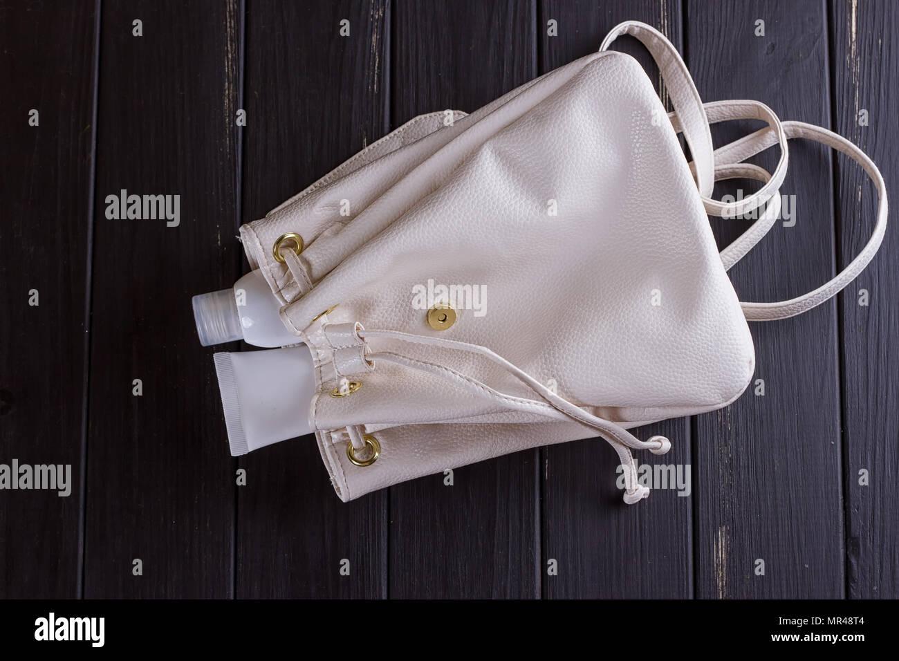 c5a504a846 Sac à dos ou sac de jute sac à dos avec bouteille cosmétique, sur fond noir