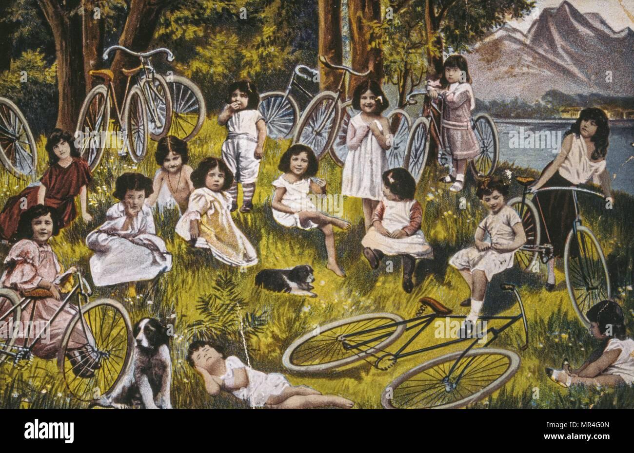 Carte postale française montrant des jeunes filles à la campagne avec leurs bicyclettes 1900 Photo Stock