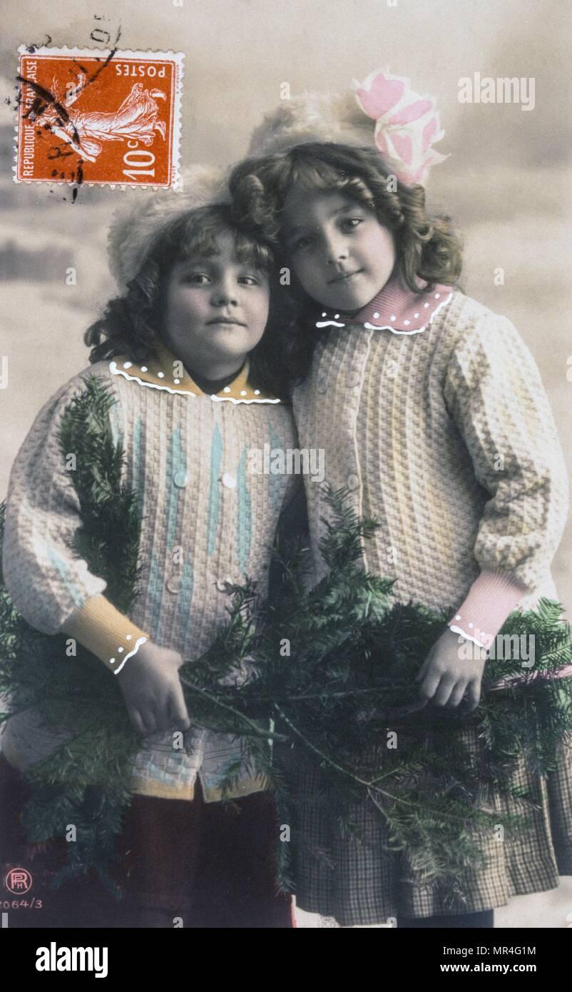 Carte postale française datée vers 1900, montrant deux jeunes filles bien habillées Photo Stock