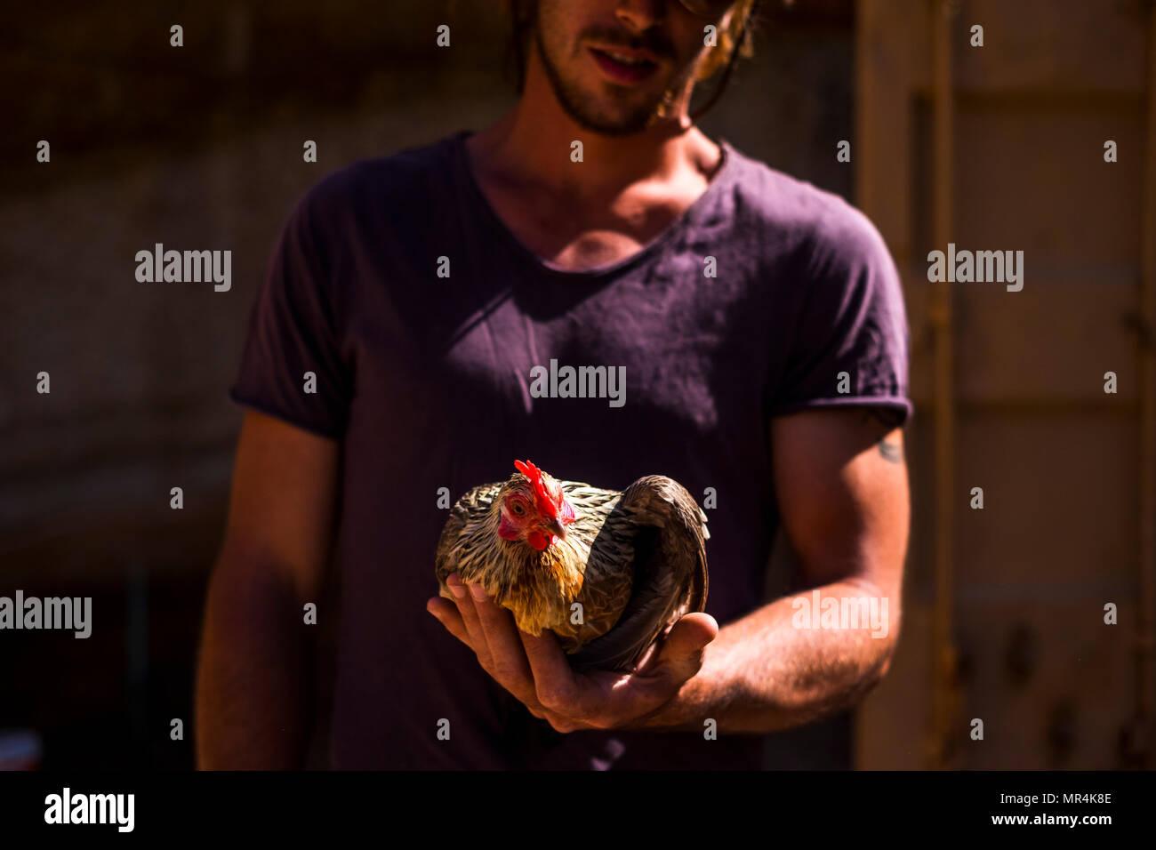 L'amitié et de vie végétarien pour les hommes de prendre une cuisine tranquille sur sa main. lui faire confiance et l'humain pour un nouvel avenir sustenible. Photo Stock
