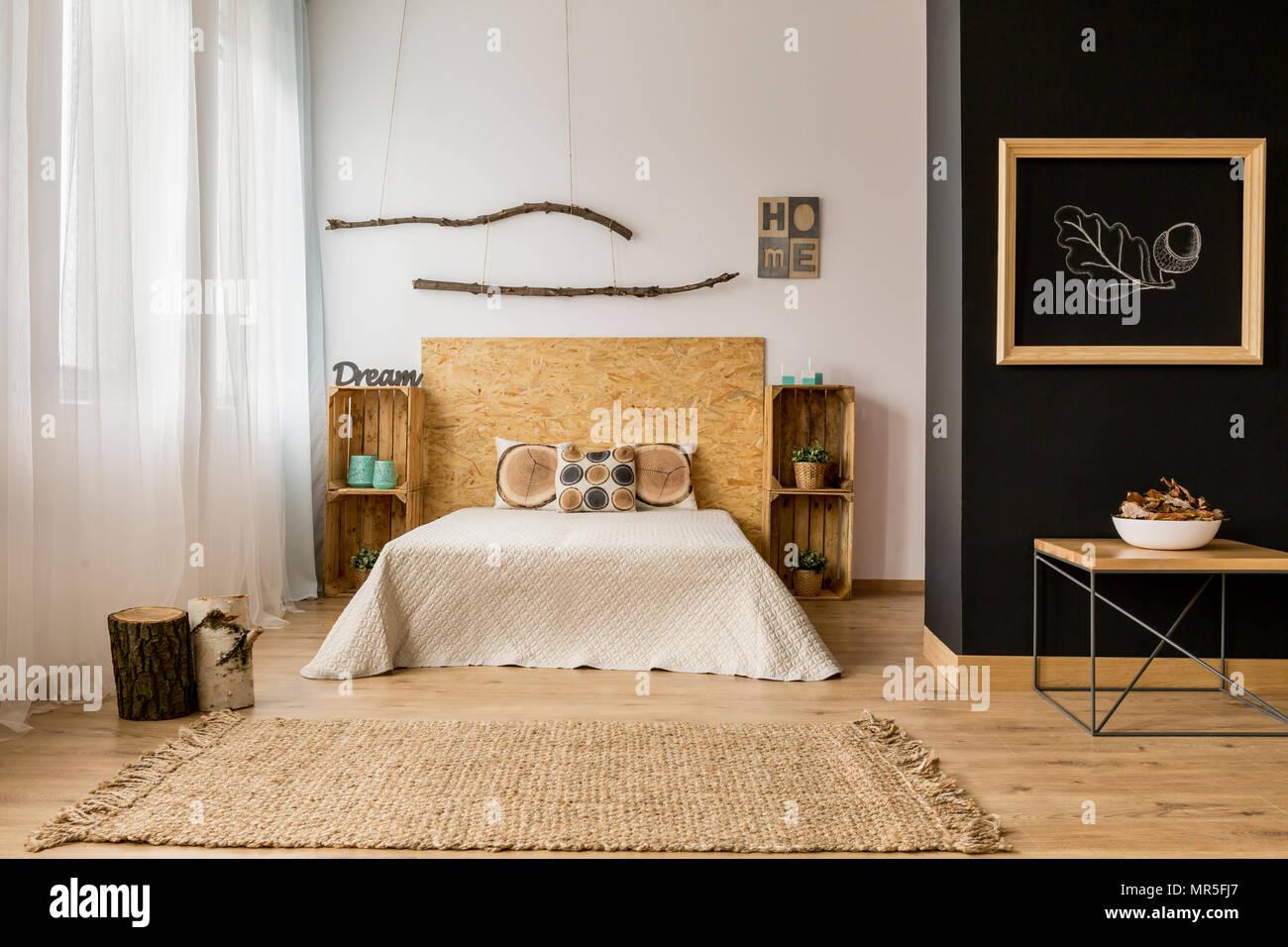 Le noir et blanc chambre avec meubles en bois et décoration ...