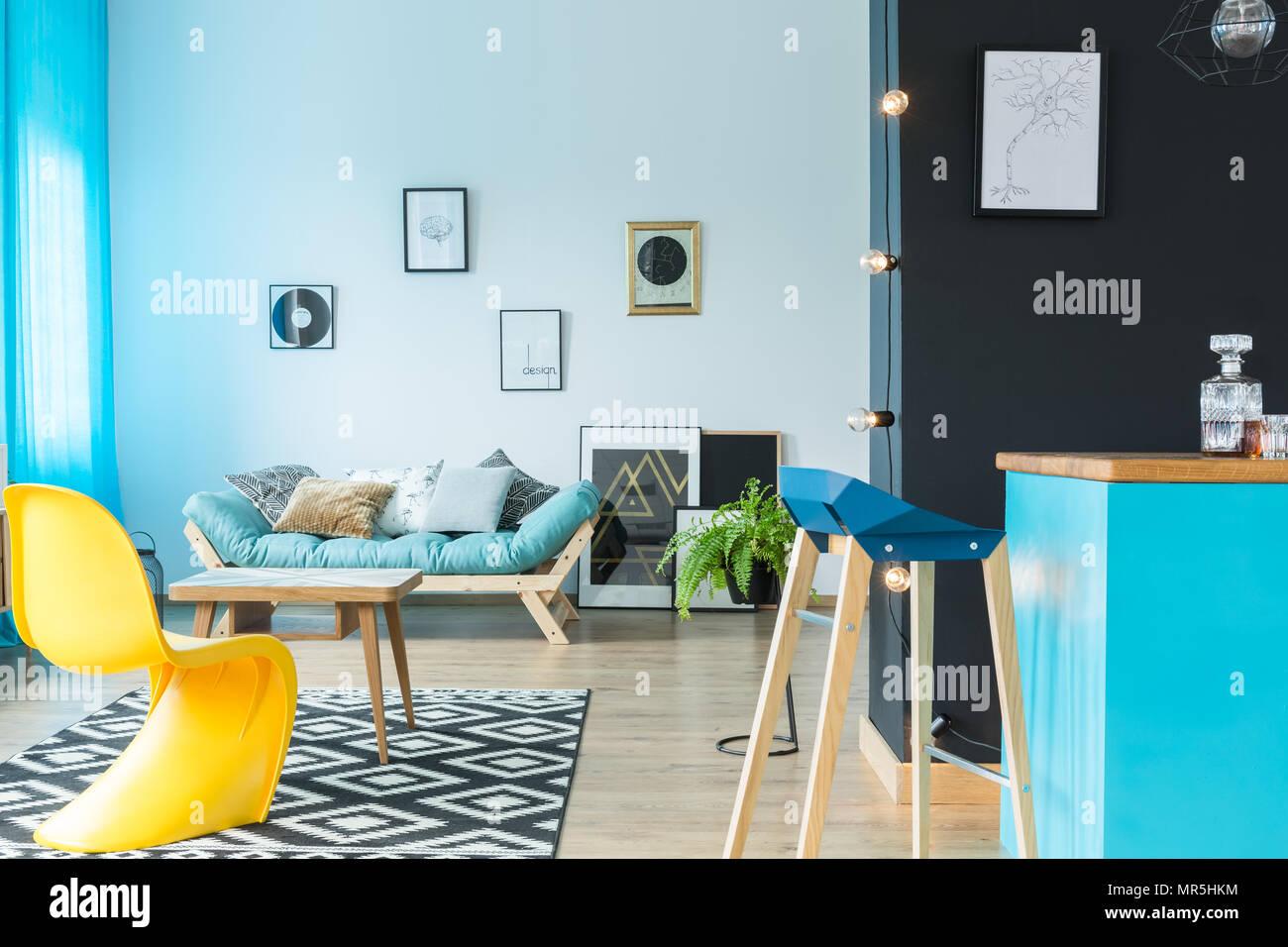tabouret de bar design moderne à l'île de cuisine bleu en salon