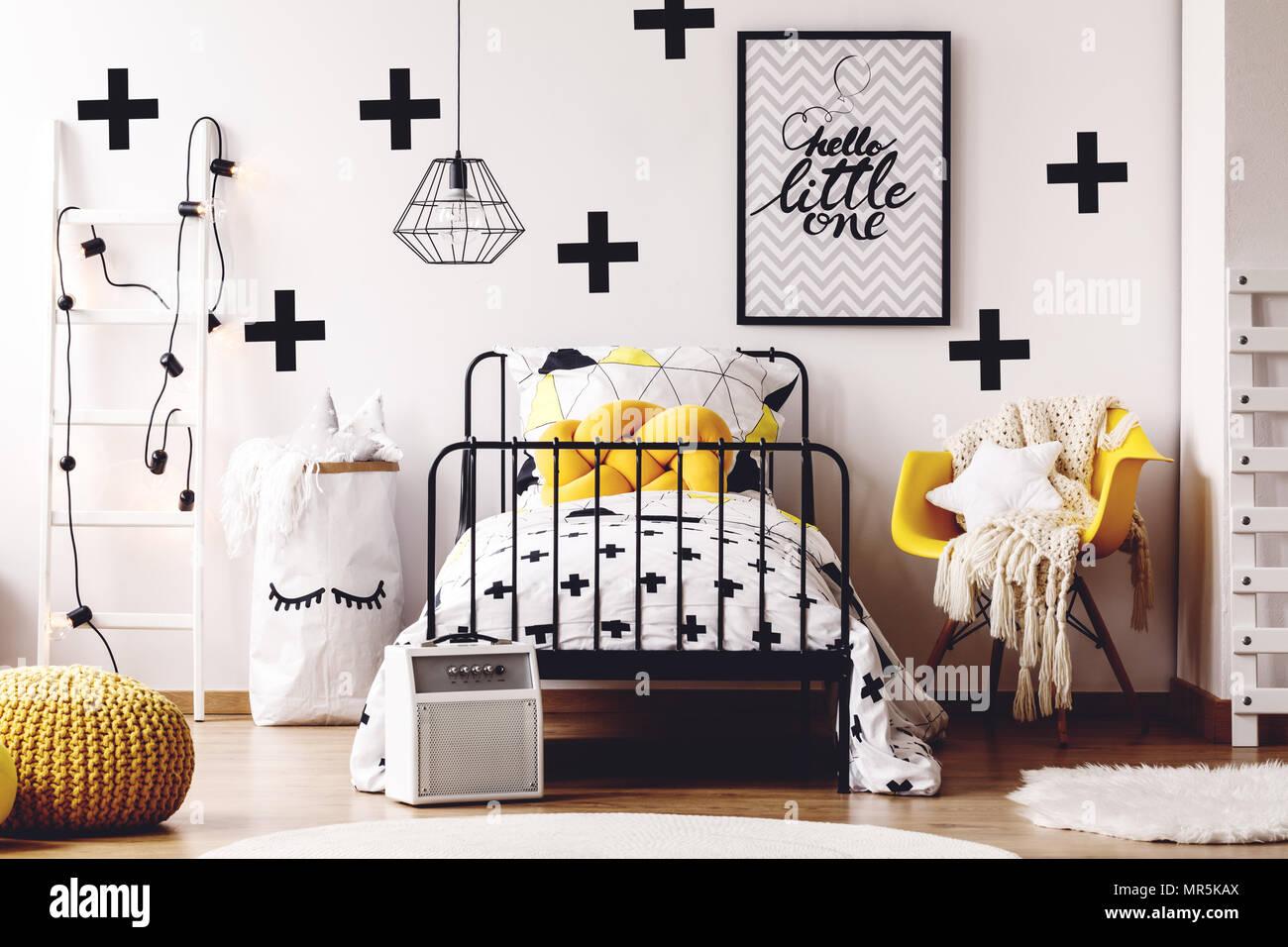 Chambre d\'enfant style scandinave avec des meubles simples et jaune ...
