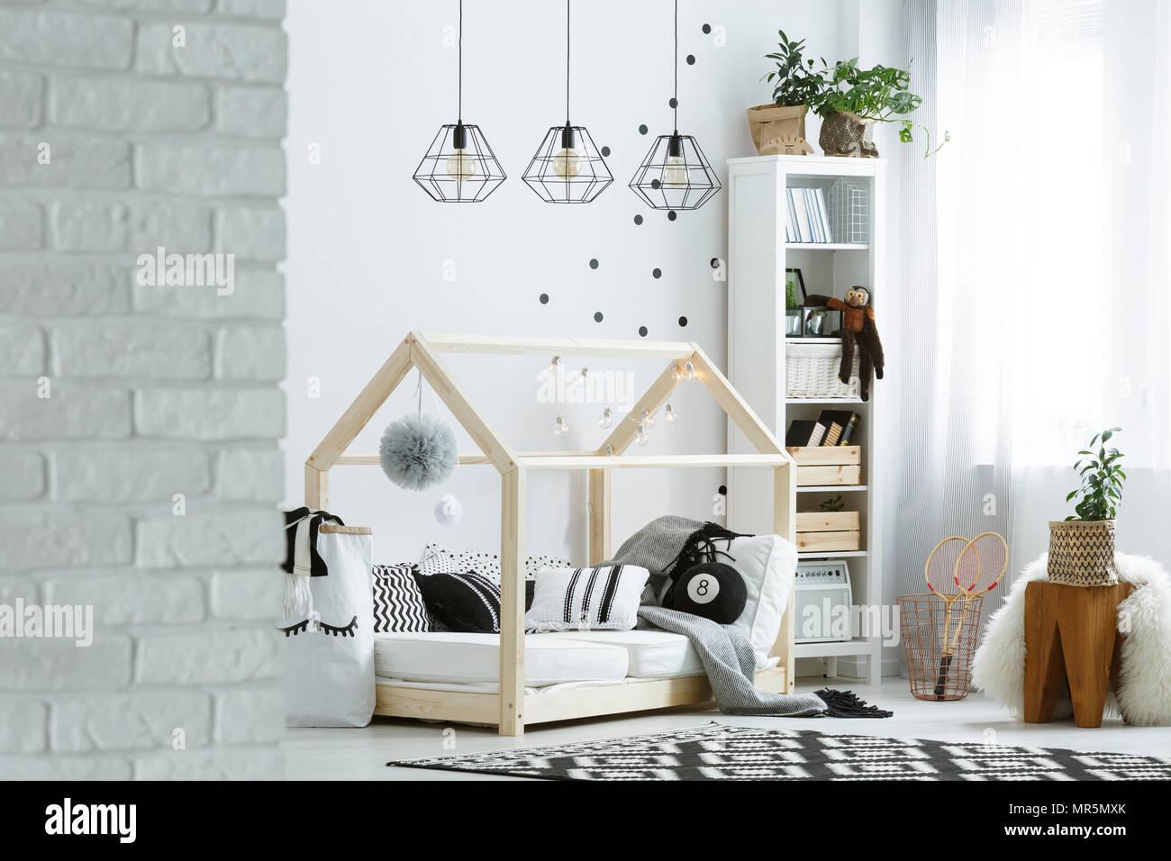 Modele Chambre Petite Fille chambre enfant avec mur de brique, lampes, tapis et le
