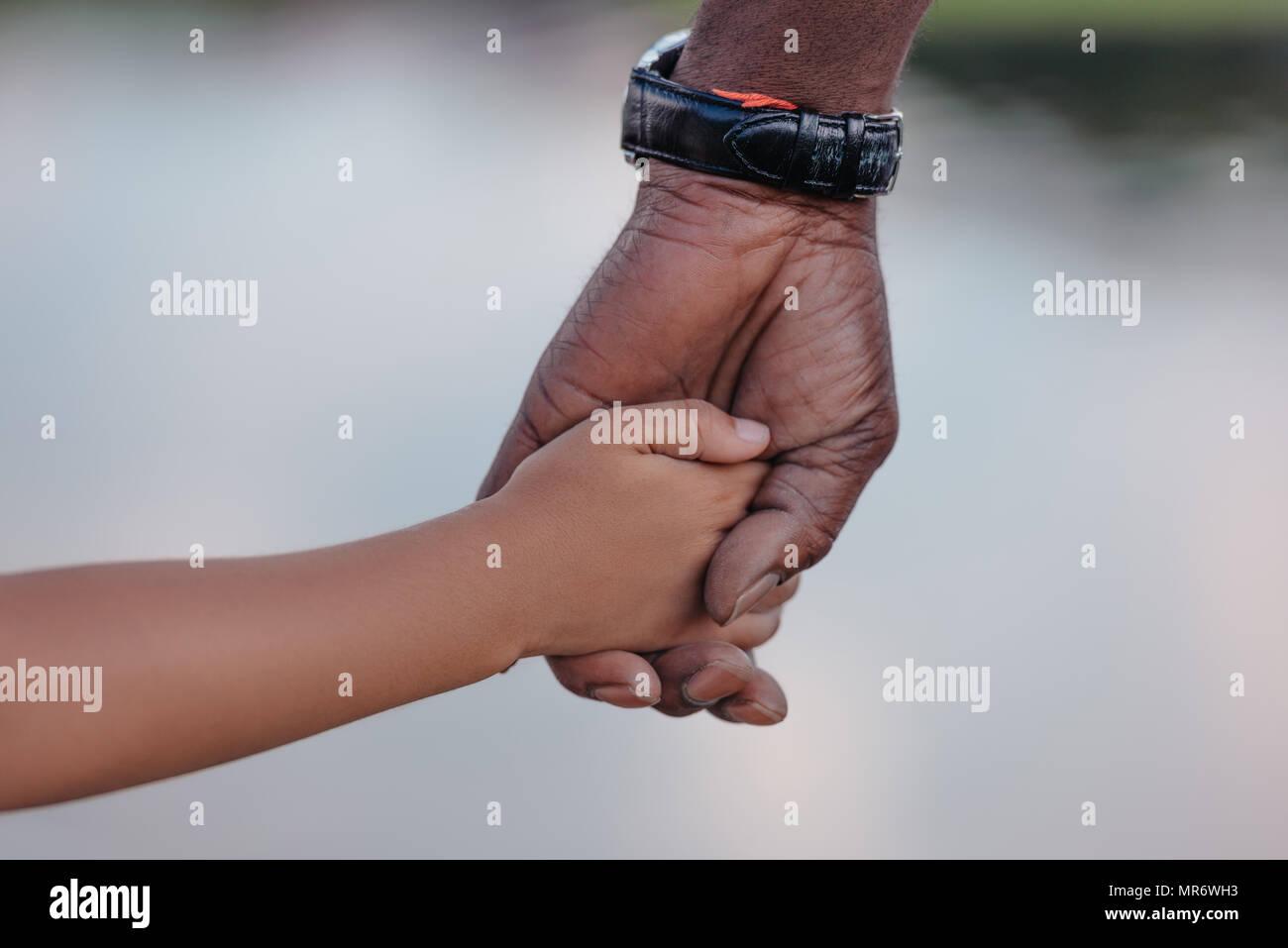 Portrait of african american grand-père tenant la main avec sa petite-fille Photo Stock