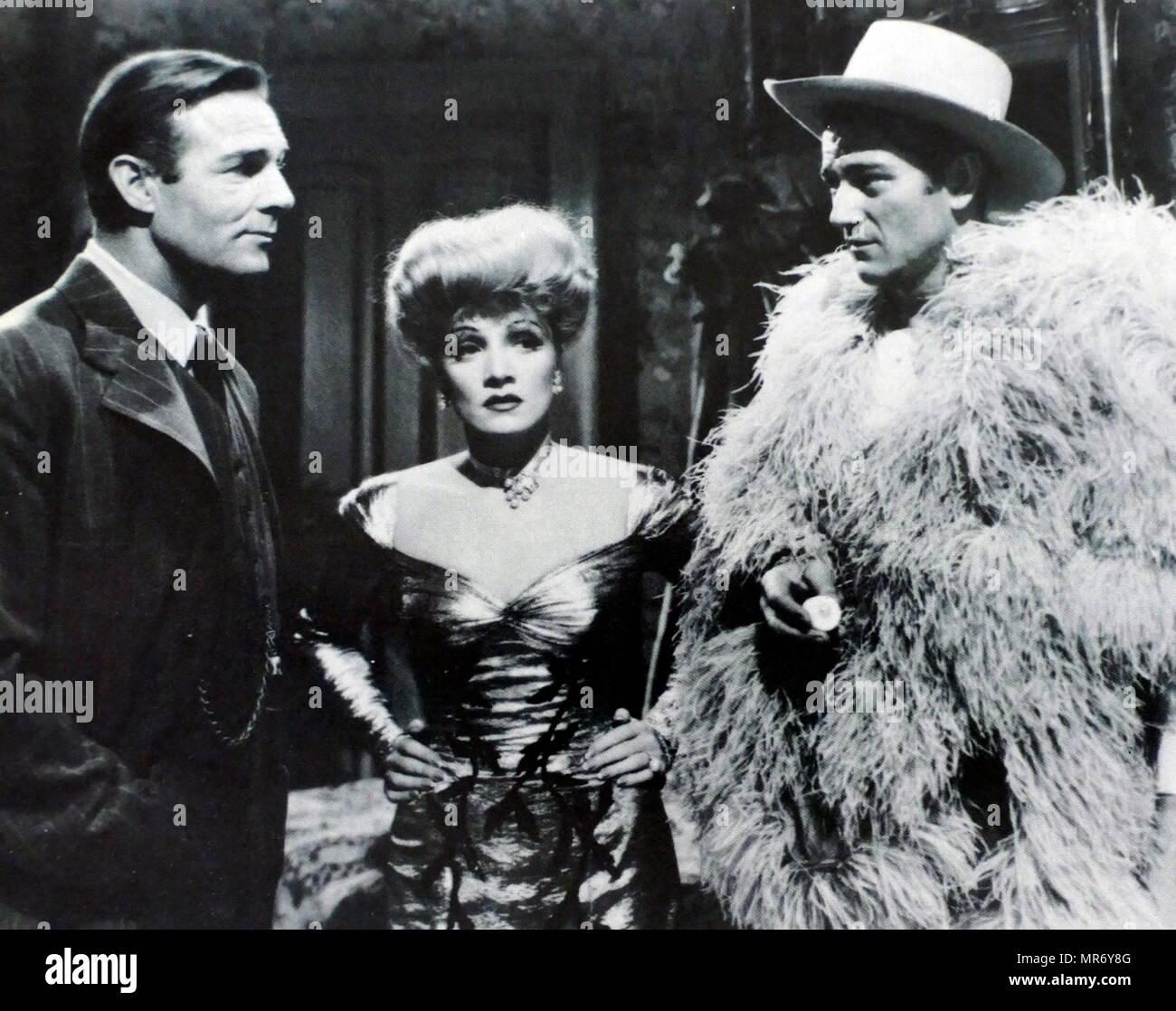 Les déporteurs est un film américain de 1942 réalisé par Ray Enright. Le film est fixé à Nome, Alaska pendant la ruée vers l'or de Nome, avec Marlene Dietrich que Cherry Malotte, Randolph Scott comme Alexander McNamara, et John Wayne comme Roy Glennister, et culmine dans un saloon spectaculaire bagarre entre McNamara et Glennister. Banque D'Images