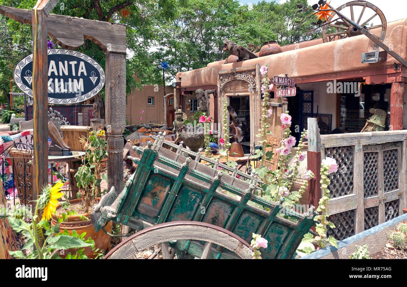 Une cour remplie de bizarreries, de tapis et d'ancienne portes sculptées d'Asian bric-a-brac tire shoppers dans Santa Kilim Gallery sur Canyon Road à Santa Photo Stock