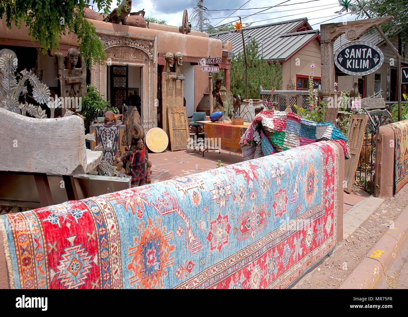 Une cour remplie de bizarreries, de tapis et d'ancienne portes sculptées d'Asian bric-a-brac tire shoppers dans Santa Kilim sur Canyon Road à Santa Fe, NW Photo Stock