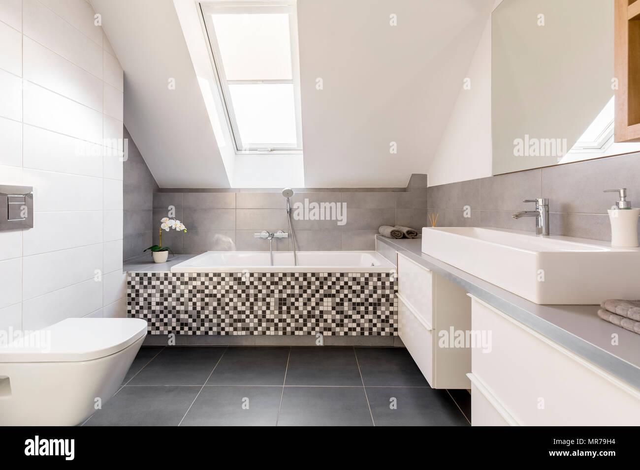Toilette Gris Et Blanc gris et blanc, salle de bains avec lavabo, toilettes et