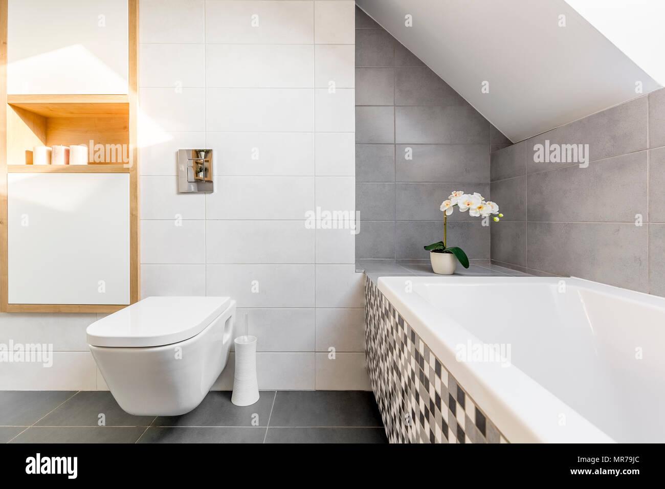 Toilette Gris Et Blanc salle de bains mansardée en gris et blanc avec baignoire et