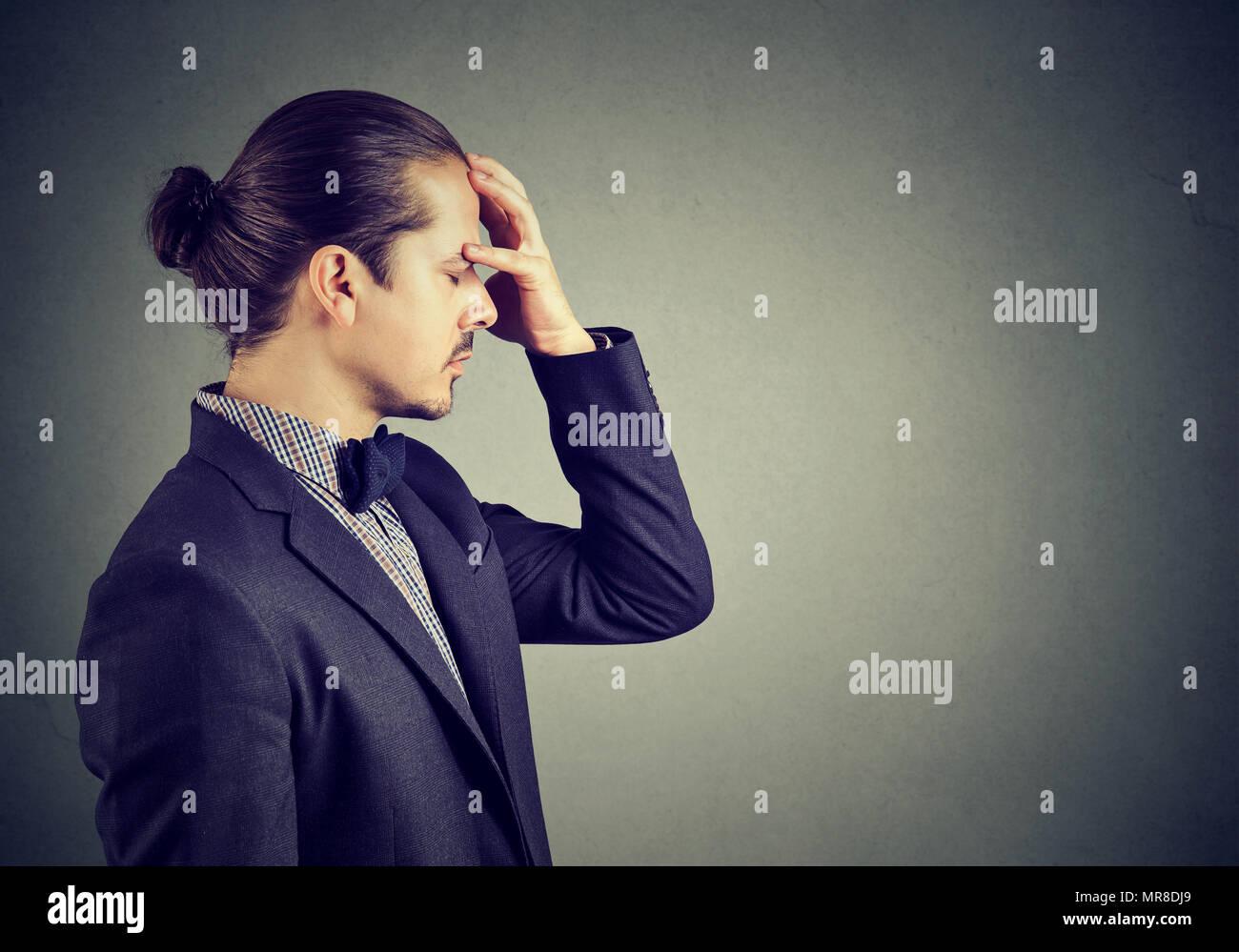 Idée De Photo De Profil profil des jeunes beau man in suit holding part sur le front