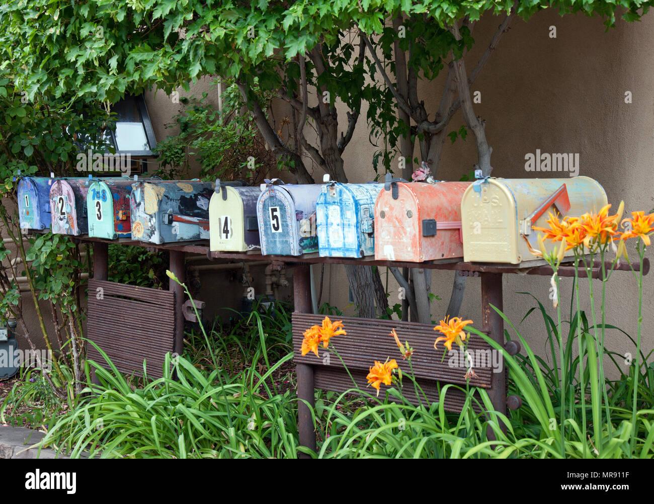 Même les boîtes aux lettres pour les résidents Canyon Road mettre en place le thème de l'art de la région. Photo Stock