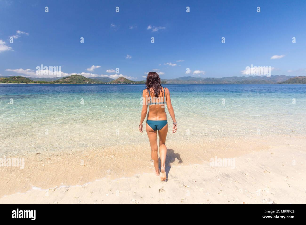 Fille sur la plage, l'île de Gili Lombok Photo Stock