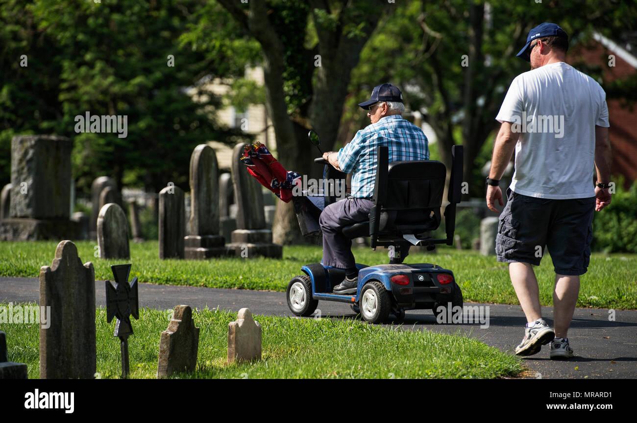 UNITED STATES: Mai 26, 2018: Walter Fleming et Rick Ducs du bénévolat au cimetière de l'Union à Leesburg durant une journée de repérage des tombes des anciens combattants. Les deux prochains jours, les membres de la SCV, Anciens combattants des guerres étrangères, Filles de la Révolution américaine, de l'American Legion, les Scouts, les équipes de baseball de l'American Legion et autres organisations vont définir les drapeaux sur les tombes à Loudoun pour Memorial Day lundi. (Photo par Douglas Graham/Loudoun maintenant) Crédit: William Graham/Alamy Live News Photo Stock
