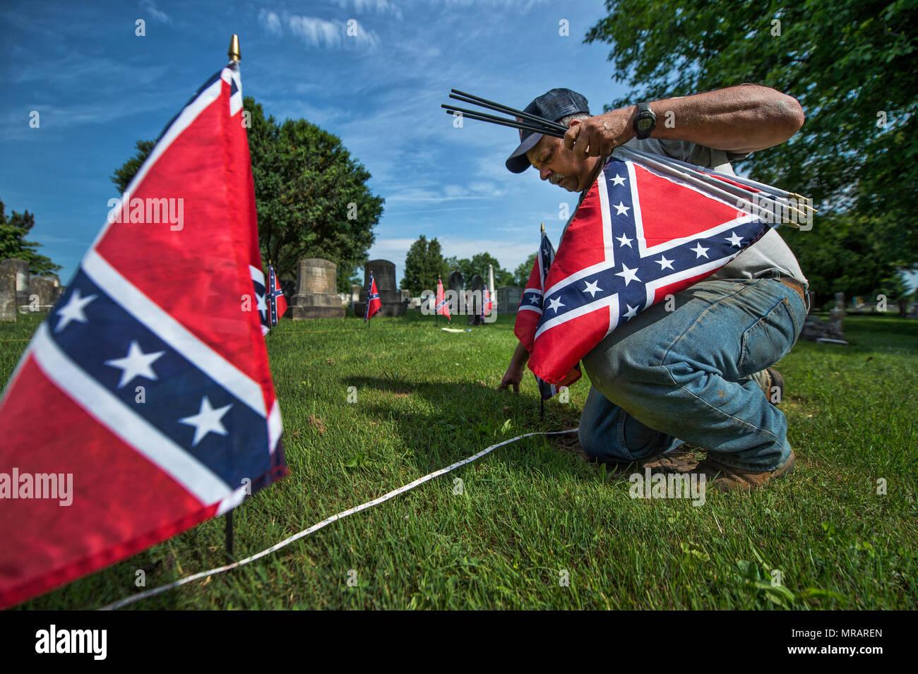 UNITED STATES: Mai 26, 2018: Kenneth M. Fleming constitue l'une des deux fosses communes de soldats confédérés au cimetière de l'Union à Leesburg durant une journée de repérage des tombes des anciens combattants. Les deux prochains jours, les membres de la SCV, Anciens combattants des guerres étrangères, Filles de la Révolution américaine, de l'American Legion, les Scouts, les équipes de baseball de l'American Legion et autres organisations vont définir les indicateurs sur les tombes des anciens combattants de Loudoun pour Memorial Day lundi. (Photo par Douglas Graham/Loudoun maintenant) Crédit: William Graham/Alamy Live News Photo Stock