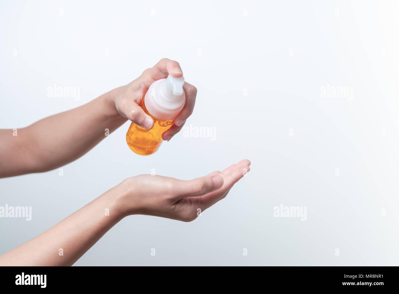 Lavage nettoyage essence, soins de la peau. femmes mains tenant une bouteille de nettoyage ethnique, beauté et soins du corps concept Photo Stock