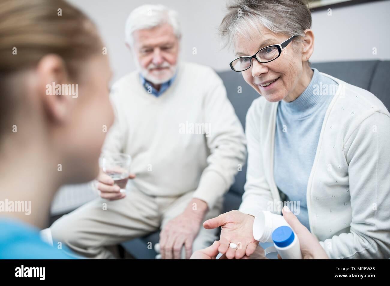 Senior woman holding prescription de médicaments en maison de soins. Photo Stock
