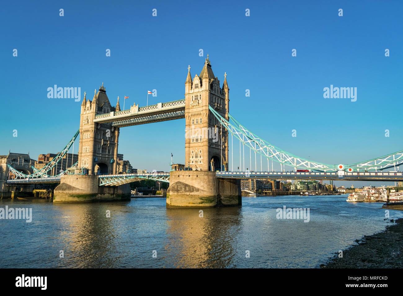L'emblématique Tower Bridge à Londres enjambant la rivière Thames Photo Stock