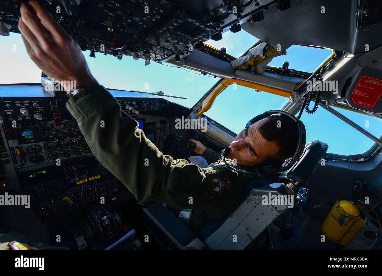 Le capitaine de l'US Air Force Robert Allen, 351e Escadron de ravitaillement en vol de pilote instructeur, vole un KC-135 Stratotanker 3 mai 2017, sur l'Angleterre. Allen a été jumelé avec deux autres membres de l'équipage qui avaient tous deux le prénom Bobby. L'équipage de l'aéronef a été donné a été affecté à l'indicatif d'appel Bobby 92. (U.S. Photo de l'Armée de l'air par le sergent. Michée Anthony) Photo Stock