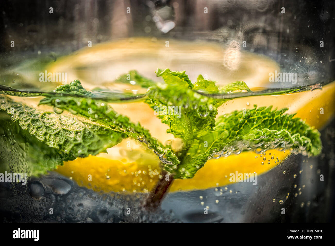 L'eau minérale avec du citron et menthe Photo Stock