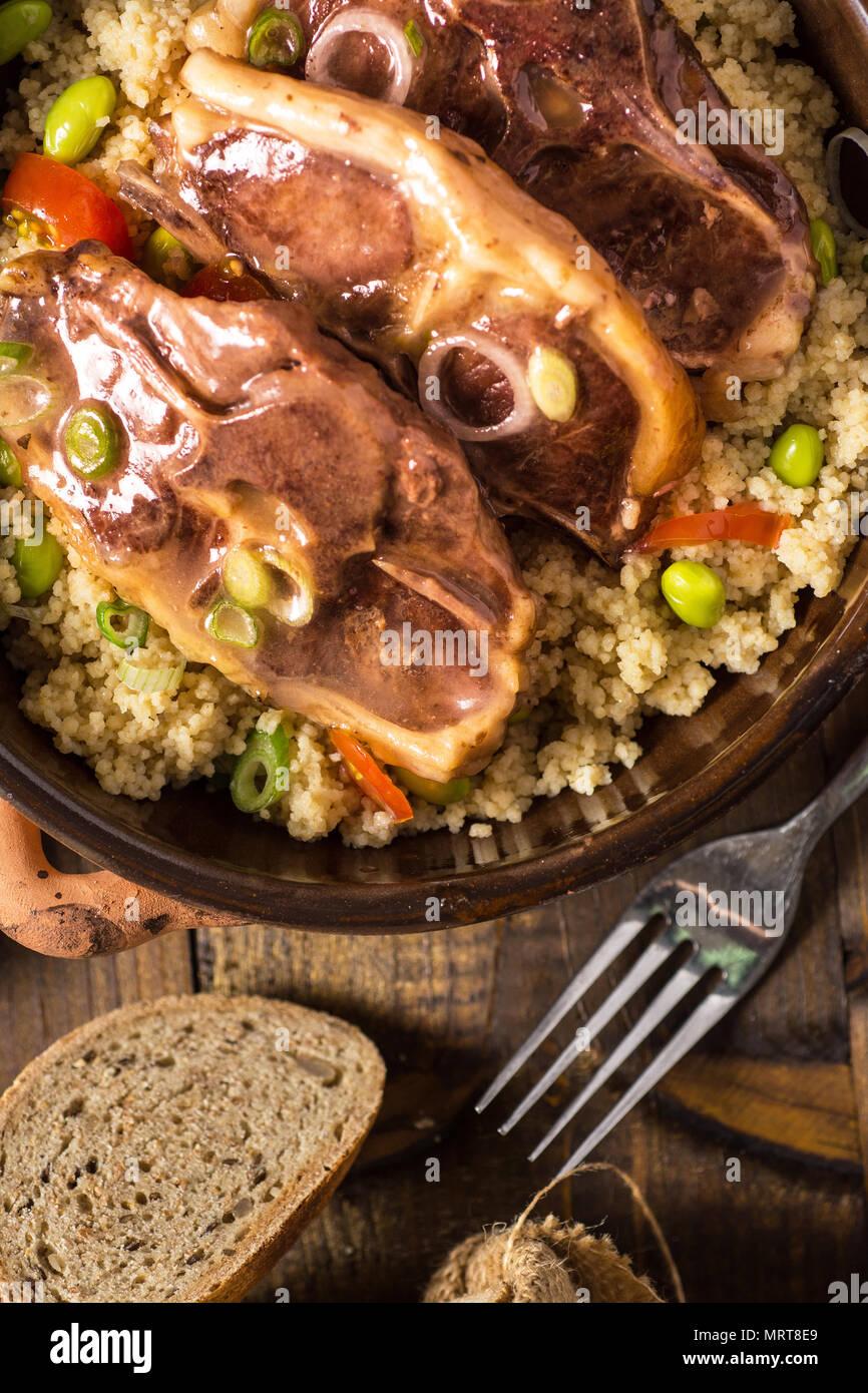 Côtelettes d'agneau grillées avec du couscous et du soja Photo Stock