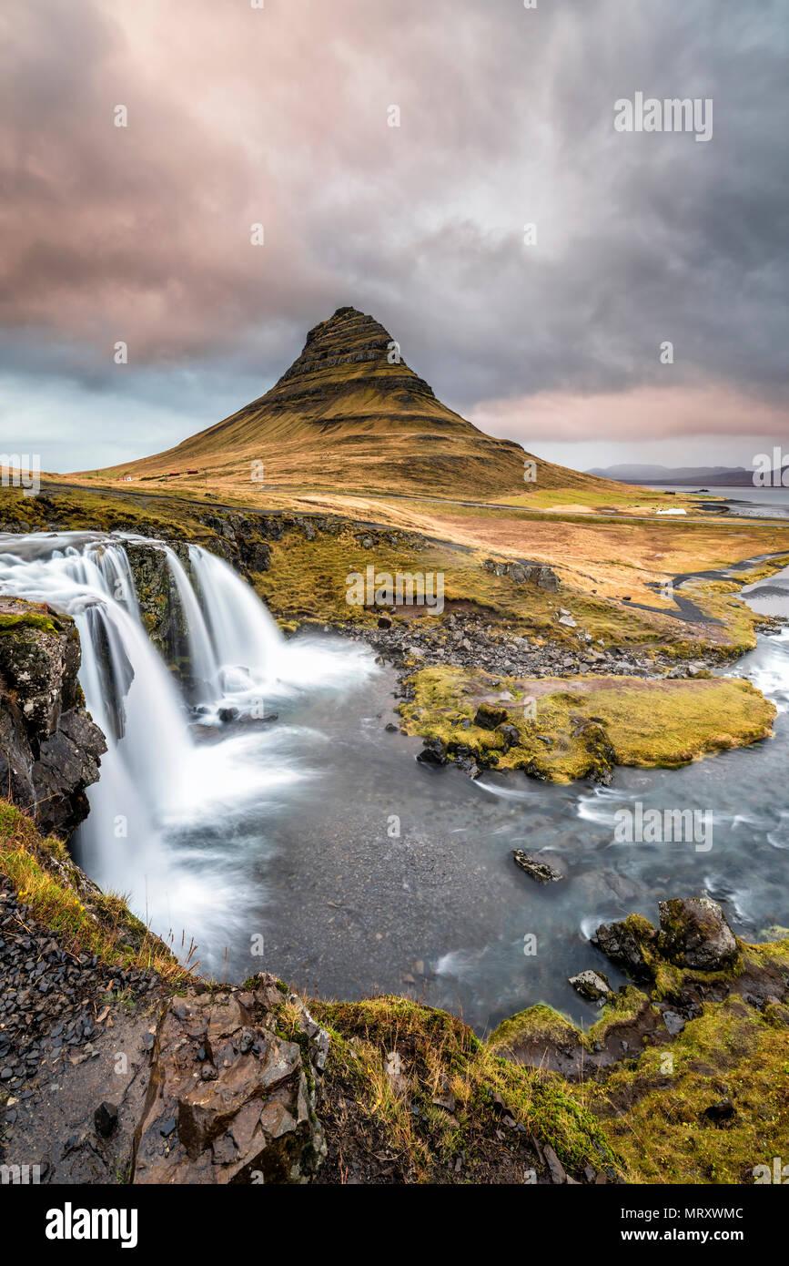 Grundafjordur, Péninsule de Snæfellsnes, dans l'ouest de l'Islande, Islande. Kirkjufell mountain et chute d'Kirkjufellfoss Photo Stock