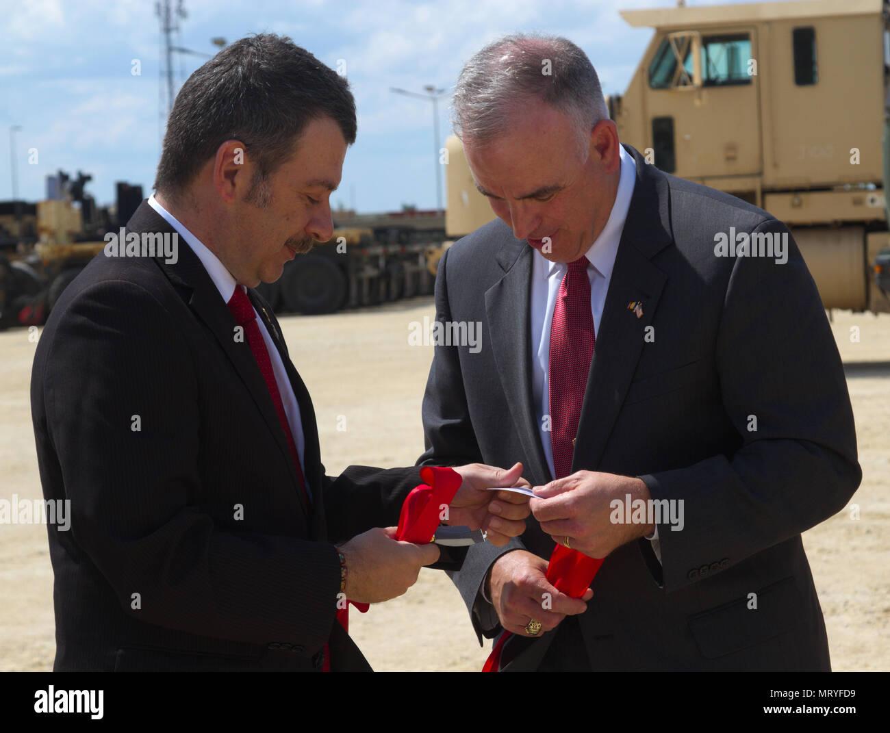 De La Defense Roumaine Et M Michael Formica Directeur Regional LInstallation Commande Gestion LEurope Dechanger Des Cartes Visite