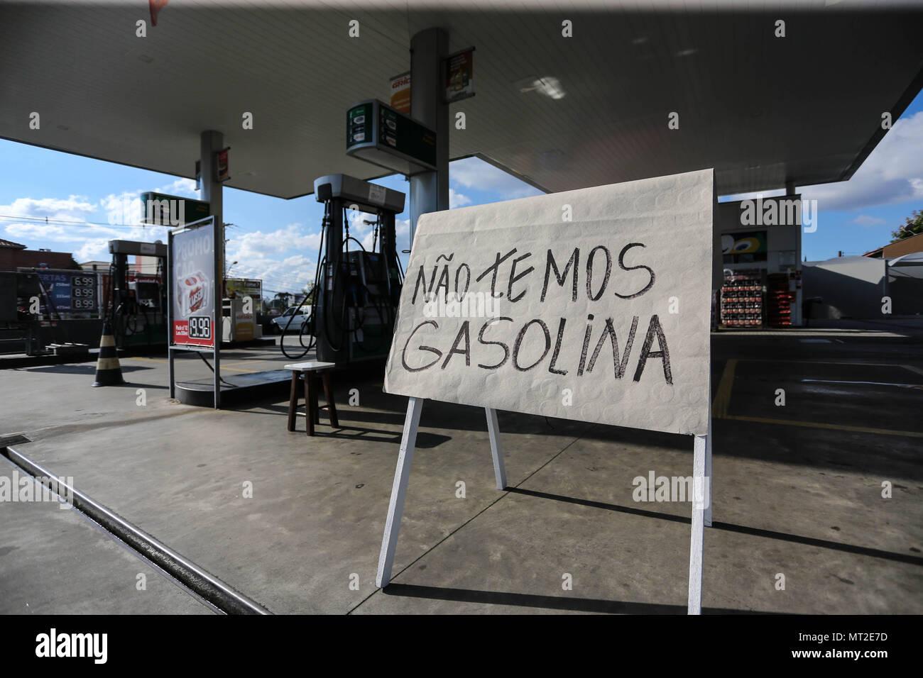 27 mai 2018 - Curitiba, ParanÃ, Brasil - Station de carburant à Curitiba (Paraná - Brésil), le dimanche après-midi, 25. Aujourd'hui effectué sept jours de manifestations par les chauffeurs de camions au Brésil. Dans les stations qui ont reçu la charge ont été enregistrés les files d'attente qui atteint deux kilomètres de longueur, avec de l'attente jusqu'à cinq heures et sans certitude de réservoir plein. Photo: Geraldo Bubniak: Crédit photo: Geraldo Bubniak/ZUMA/Alamy Fil Live News Photo Stock