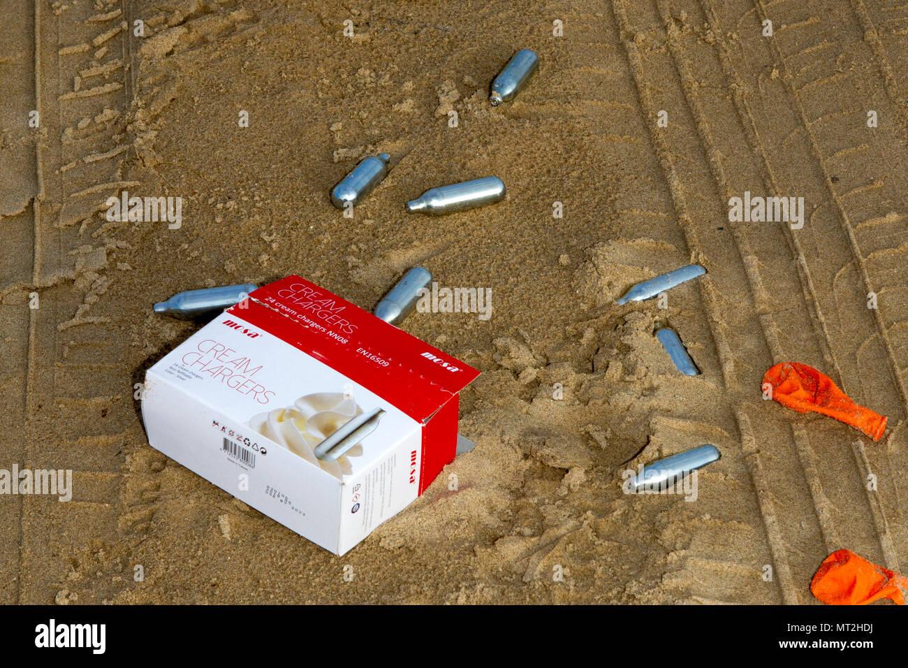 Plage sale, Southport, Merseyside. 28 mai 2018. Banque mondiale fêtards quittent les plages de Southport jonché d'ordures, jeté des barbecues et des canettes de bière vides. Les grains de beauté étaient couverts de détritus et de sacs de déchets étaient empilés à côté de poubelles débordent. De nombreux simplement laissé leurs déchets derrière après avoir des barbecues et des boissons en plein air - obligeant les escadrons de nettoyage de sauter dans l'action aujourd'hui. Alors que certains ont tenté d'effacer en plaçant leur litière près d'une poubelle, la nature sont encore entachés par des montagnes de déchets qui couve. Credit: Cernan Elias/Alamy Live News Banque D'Images