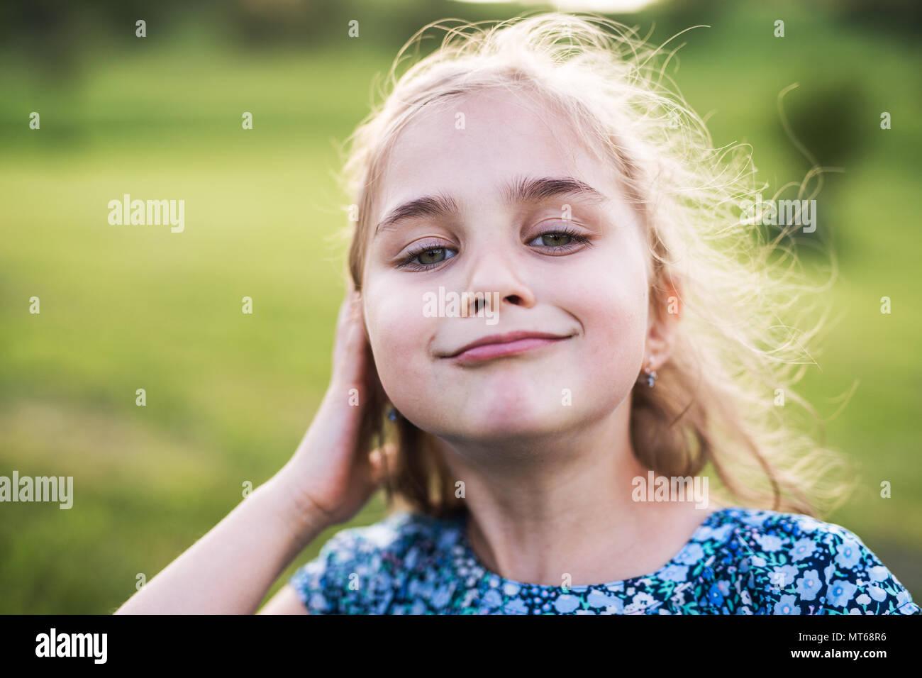Une petite fille dans le jardin au printemps la nature. Photo Stock
