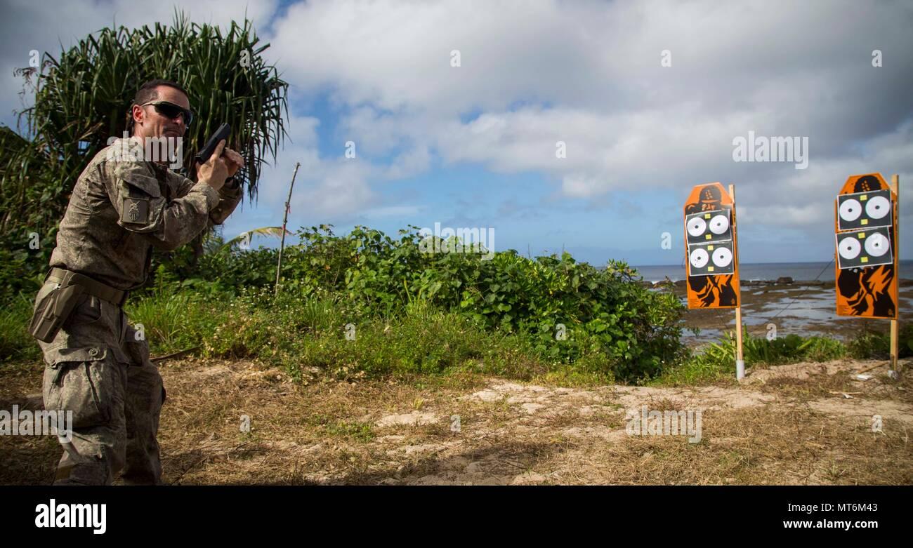 Le sergent de l'Armée de Nouvelle-Zélande. Le Major Paul Buckley, sergent-major de la société delta, montre des Marines américains avec 3e bataillon du 4ème de Marine attaché à Task Force 17 Koa Moana, une série d'exercices de tir au cours de l'effort, TAFAKULA sur l'île de Tongatapu (Tonga, le 21 juillet 2017. TAFAKULA d'exercice est conçu pour renforcer l'armée à militaires, et les relations communautaires entre Sa Majesté des Tonga dans l'Armée, l'armée française de Nouvelle Calédonie, New Zealand Defence Force, et les Forces armées des États-Unis. (U.S. Marine Corps photo par MCIPAC le Caméra de combat. Juan C. Bustos) Banque D'Images