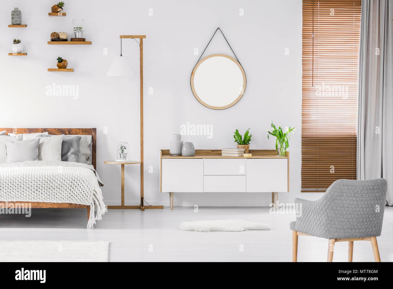 Chambre blanche de style scandinave intérieur avec miroir rond sur ...