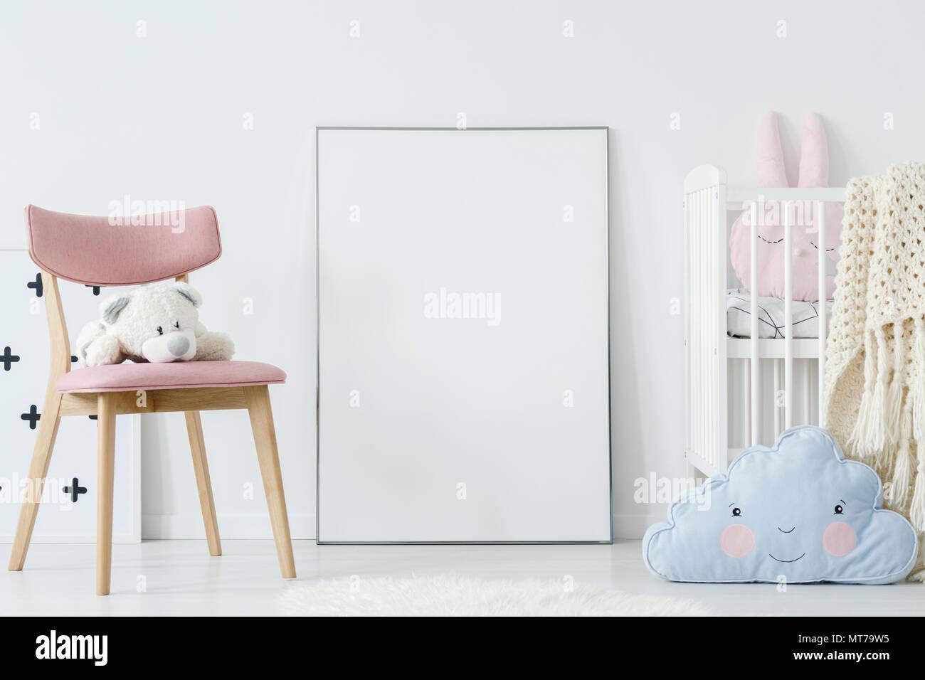 Chambre Enfant Bleu Et Rose peluche sur chaise rose et bleu coussin dans la chambre de l