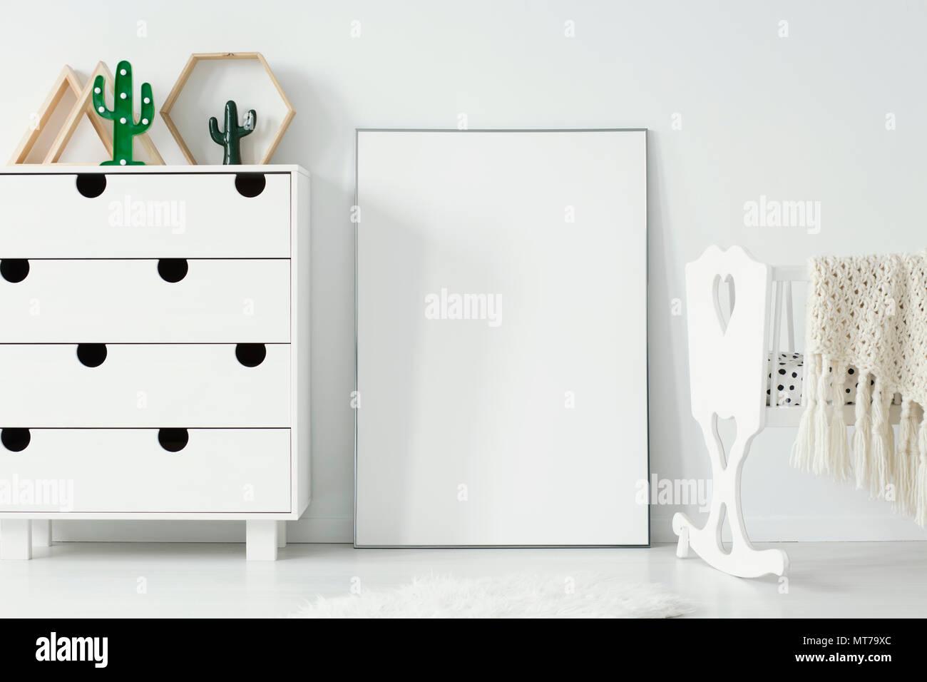 Affiche blanche vide avec immersive entre le meuble et le berceau dans la chambre de bébé l'intérieur. Photo réelle. Placez votre design graphique ici Banque D'Images