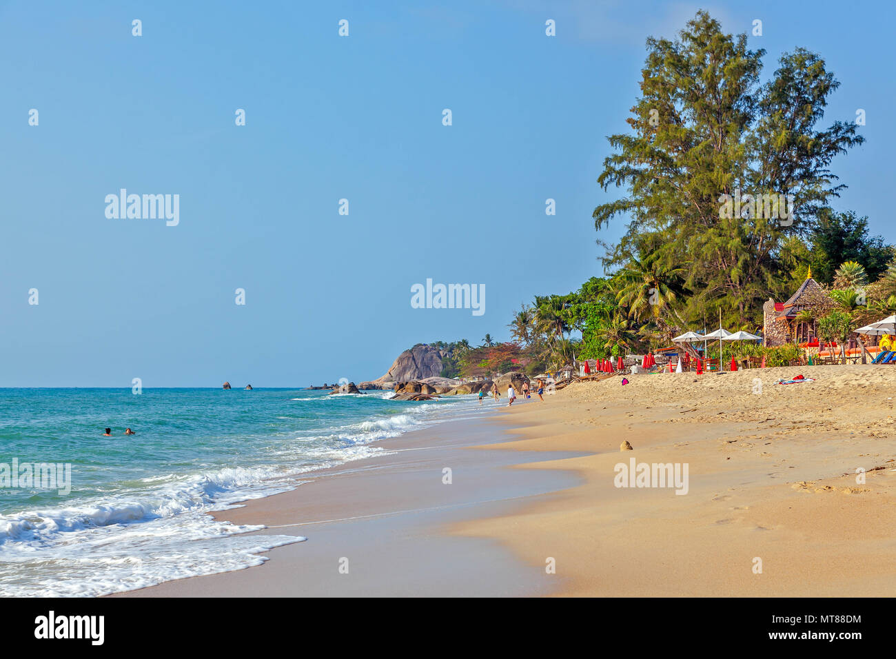 Matin ensoleillé sur la plage de Lamai. Koh Samui. La Thaïlande. Photo Stock
