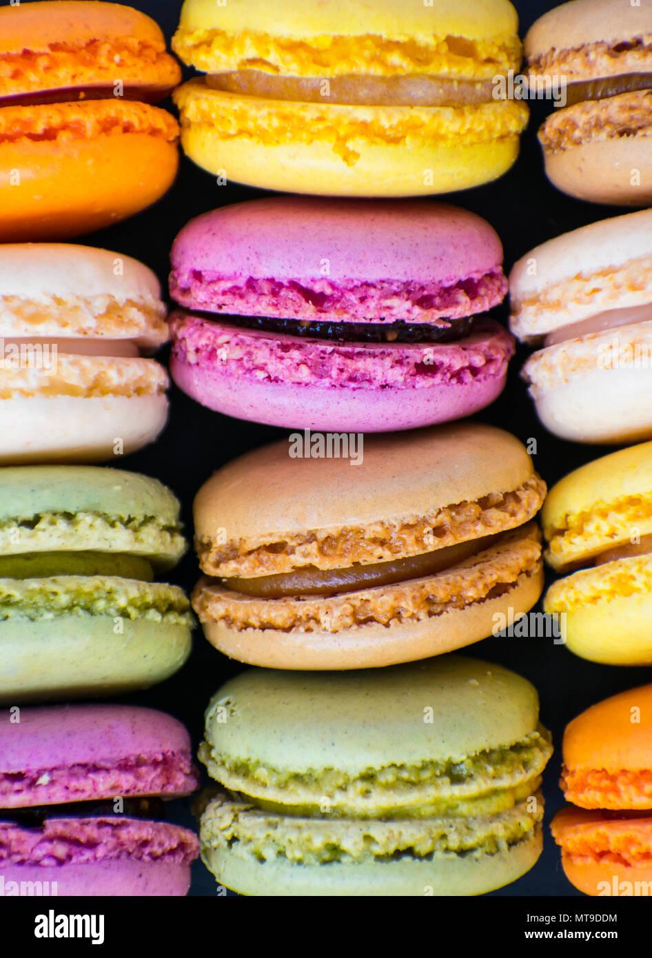 Macarons colorés sur la table en pierre. Photo Stock