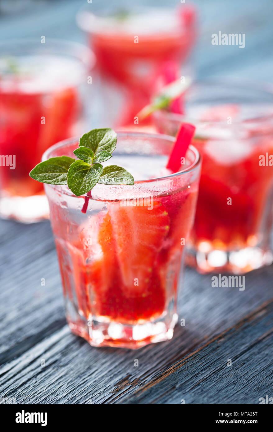 Fraîcheur d'un verre de limonade aux fraises Photo Stock