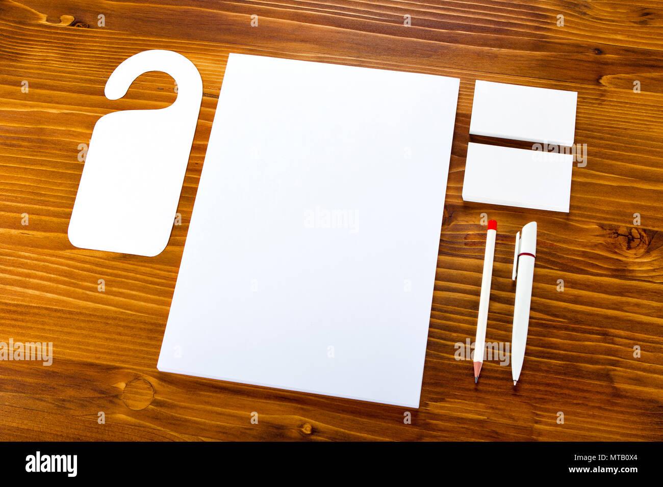 Papeterie En Blanc Sur Fond De Bois Se Composent Cartes Visite A4 Des Tetes Pen And Pencil