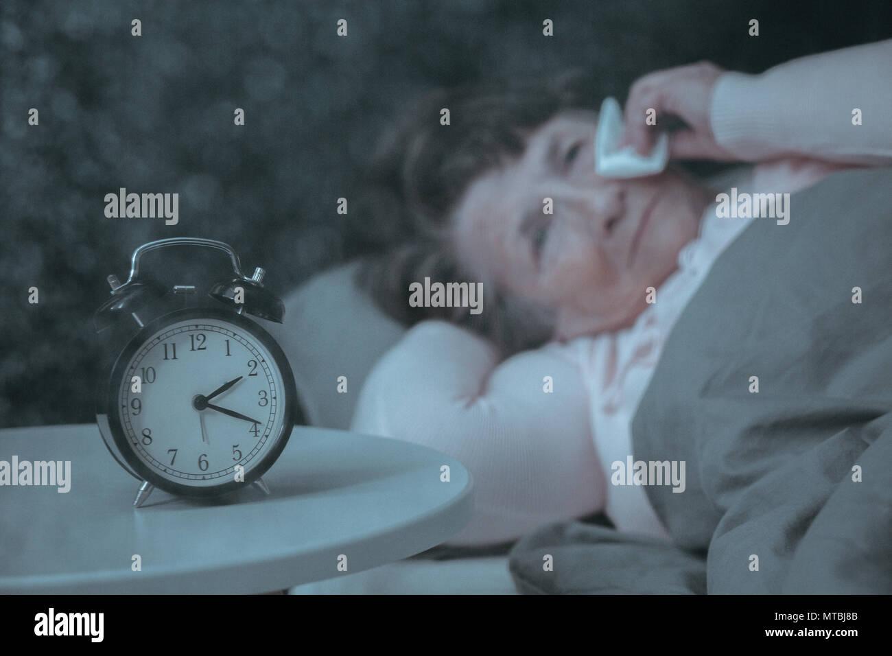 Sad senior woman having trouble du sommeil, au lit Photo Stock